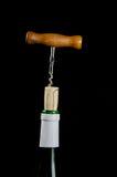 Het ontkurken van een wijnfles met een uitstekende kurketrekker Stock Foto