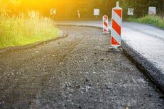 Het ontmantelen van asfalt, reparatie van de weg, grote kuil op het asfalt royalty-vrije stock fotografie