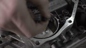Het ontmantelen van automobiel moderne automatische transmissie DSG7, natte greep, close-up stock video
