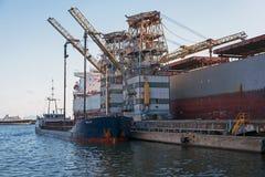 Het ontmantelen van de schil van een schip in de pijpleiding Stock Foto