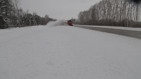Het ontruimen van de weg van sneeuw stock videobeelden