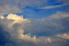 Het ontruimen van Donkere Onweersonweerswolken met Diepe Blauwe Hemel Stock Afbeelding