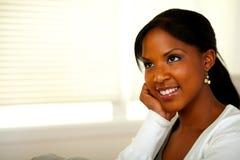 Het ontspannen Afro-Amerikaanse jonge vrouwelijke glimlachen stock foto's