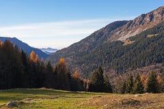 Het ontspannen berglandschap en blauwe hemel royalty-vrije stock foto's
