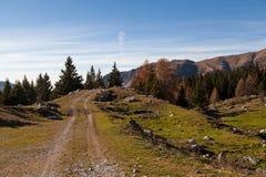 Het ontspannen berglandschap en blauwe hemel stock foto