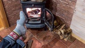 Het ontspannen bij de open haard op de winteravond royalty-vrije stock afbeelding