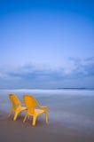 Het ontspannen bij het (Verticale) strand Royalty-vrije Stock Foto's