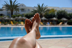 Het ontspannen bij pool Royalty-vrije Stock Foto's
