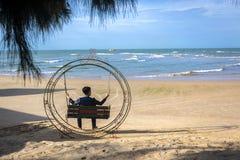 Het ontspannen bij strand stock foto