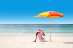 Het ontspannen bij tropisch strand Stock Foto