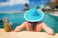 Het ontspannen bij zwembad met een drank Stock Afbeelding