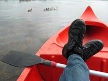 Het ontspannen in de kano Stock Afbeelding