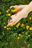 Het ontspannen de lentevoeten - de vreugde van eenvoudige dingen Royalty-vrije Stock Foto