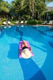 Het ontspannen in de pool royalty-vrije stock foto's
