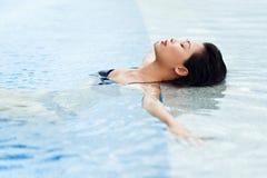 Het ontspannen in de pool Stock Afbeelding