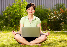 Het ontspannen in de tuin op het gras Royalty-vrije Stock Foto's