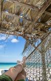 Het ontspannen door de Caraïbische oceaan bij Cubaans strand royalty-vrije stock foto