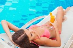 Het ontspannen door de pool Royalty-vrije Stock Fotografie