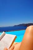 Het ontspannen door de pool Stock Fotografie