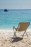 Het ontspannen door het strand Stock Fotografie