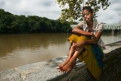 Het ontspannen door river2 royalty-vrije stock afbeelding
