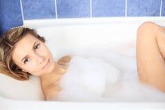 Het ontspannen in een bad Stock Foto
