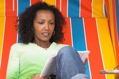 Het ontspannen in een beachchair stock foto's