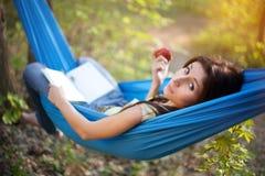 Het ontspannen in een Hangmat Royalty-vrije Stock Fotografie