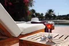 Het ontspannen in een luxehotel door de pool Royalty-vrije Stock Foto's