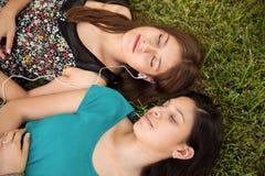 Het ontspannen en het luisteren aan muziek Stock Foto