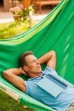 Het ontspannen in hangmat Stock Afbeelding