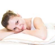 Het ontspannen in het bed royalty-vrije stock foto