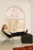 Het ontspannen in het Bureau van het Huis Stock Afbeeldingen