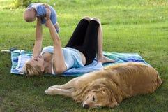 Het ontspannen in het park stock afbeeldingen