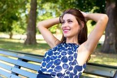 Het ontspannen in het park stock foto