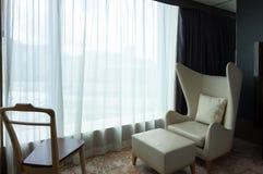 Het ontspannen hoekleunstoel in de slaapkamer van de hotelaanpassing royalty-vrije stock afbeelding