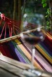 Het ontspannen met een glas wijn Royalty-vrije Stock Afbeeldingen