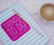 Het ontspannen met een koffie en planning Stock Fotografie