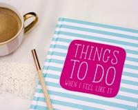Het ontspannen met een koffie en planning Royalty-vrije Stock Afbeeldingen