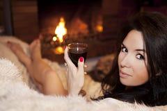 Het ontspannen met het glas wijn Stock Foto's