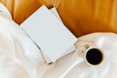 Het ontspannen met Koffiekop en Goede Boeken in Bed royalty-vrije stock foto's