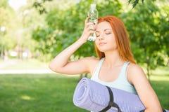 Het ontspannen met yoga Royalty-vrije Stock Afbeeldingen