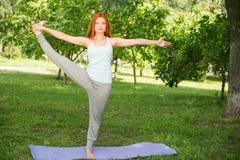 Het ontspannen met yoga Stock Fotografie