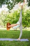 Het ontspannen met yoga Stock Afbeeldingen