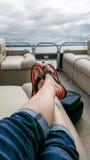 Het ontspannen op een Pontonboot op een bewolkte de zomerdag Stock Foto's