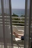 Het ontspannen op het Balkon Stock Afbeeldingen