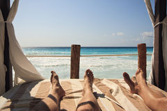 Het ontspannen op het Strand in Cancun stock afbeeldingen