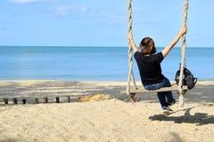 Het ontspannen op schommeling bij het strand Stock Afbeelding