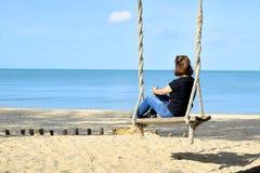 Het ontspannen op schommeling bij strand 3 Stock Afbeelding