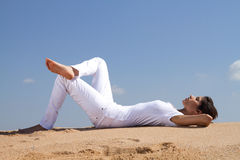Het ontspannen op strand Stock Afbeeldingen